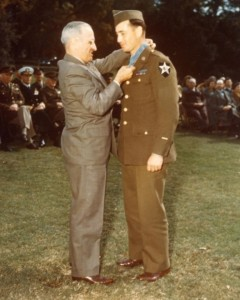 C 71 Pfc William A. Soderman receives the MOH on the White House lawn, 12 October 1945